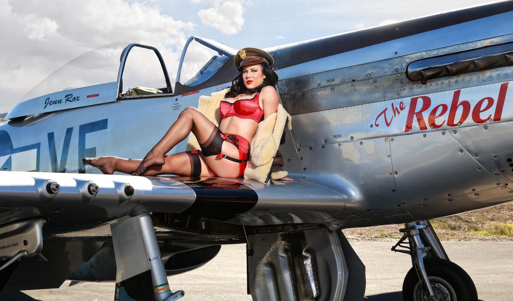Фото девушек голых у самолёта 5 фотография